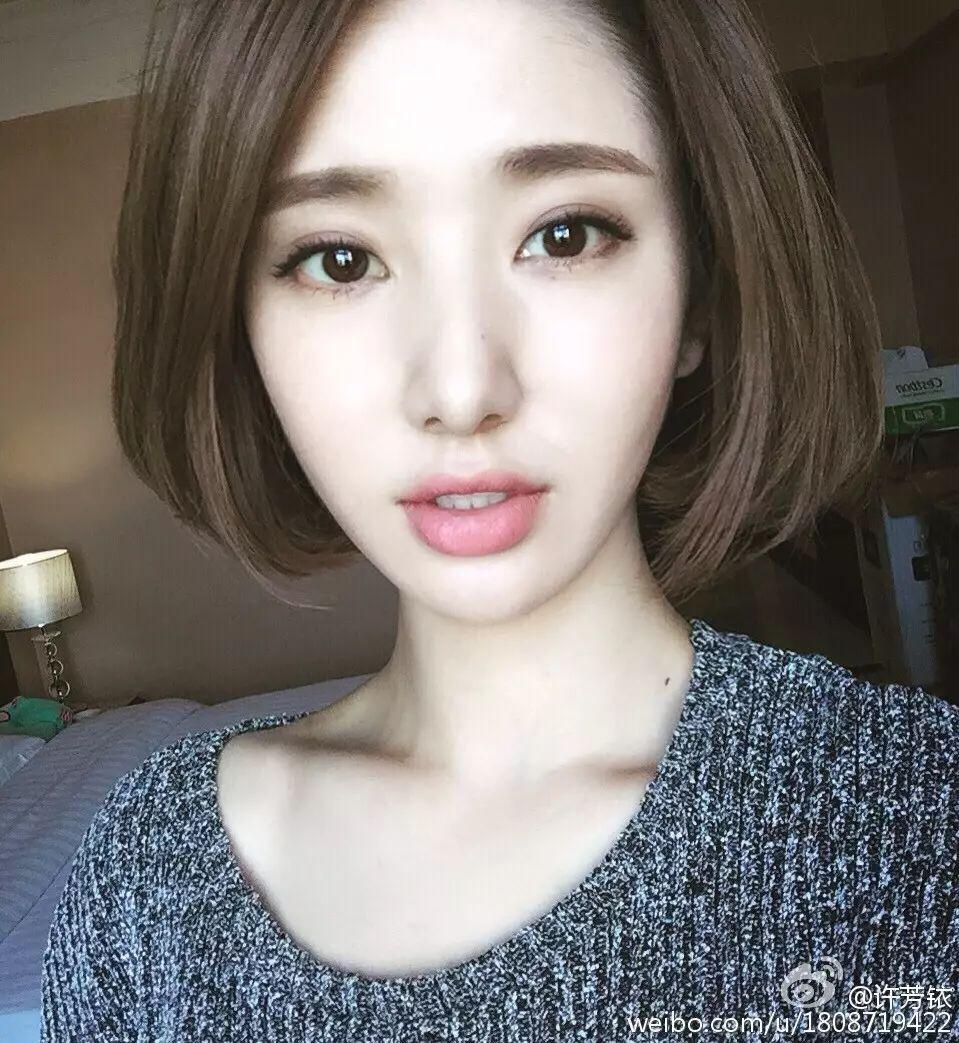 短发的长度在耳下三公分,发尾层次比较低,并将发尾烫至内扣,偏分刘海图片