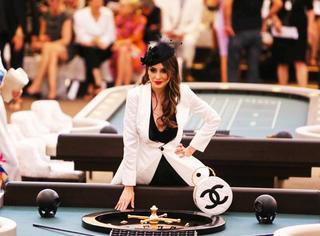香奈儿高定   凑了四桌明星打麻将 你们巴黎人可真会玩儿