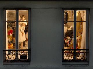 女摄影师在纽约和巴黎拍了很多窗户,窗子里的乐虎国际娱乐场原来这么美