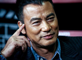哥哥是飞虎队老大,香港黑社会不敢动他,拍激情戏被赞君子…从舞男到金像影帝,他是最成功的三级男星!