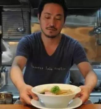 他把公司炒了鱿鱼去擀面,3年后成为日本第一家米其林拉面店,排队7小时都未必能吃上···