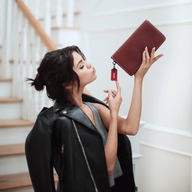 美国小天后SelenaGomez加入COACH大家庭,成为品牌新一任全球形象代言人