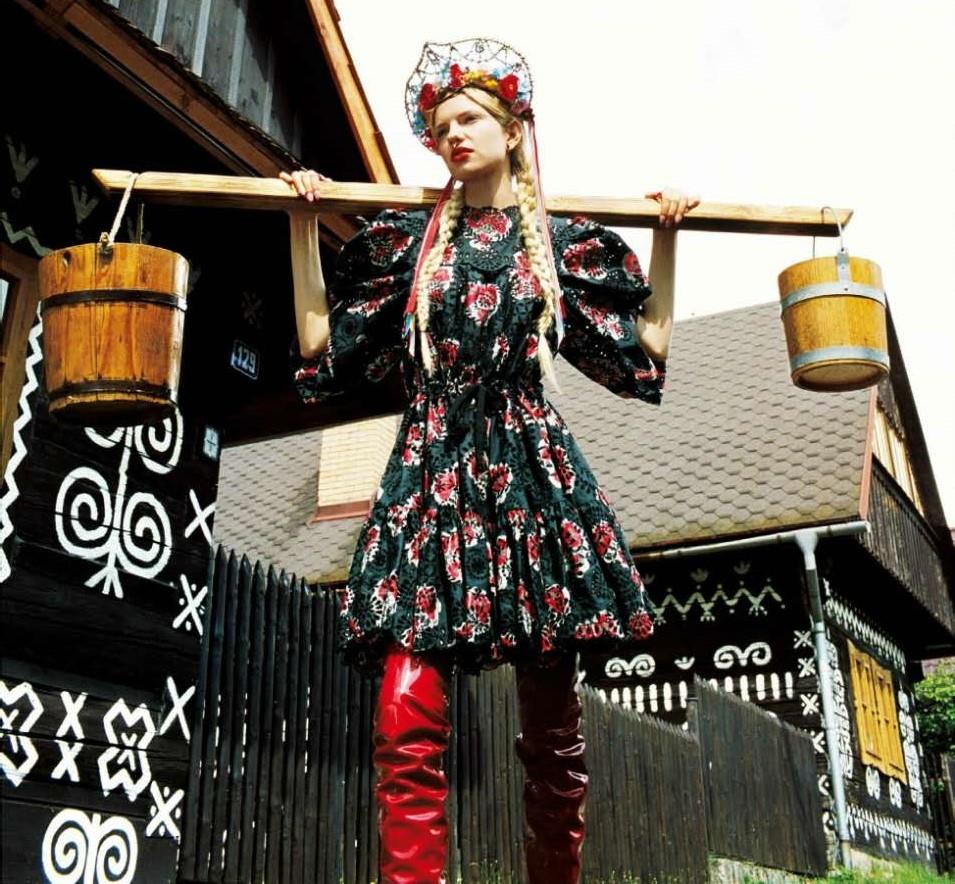 今年春夏美少女都这样,穿着民族风抹着小红唇,上山下乡咯!