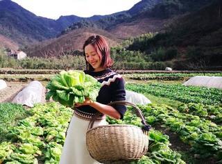 江一燕化身最美村姑,这个摘菜的田螺姑娘也太时髦了!