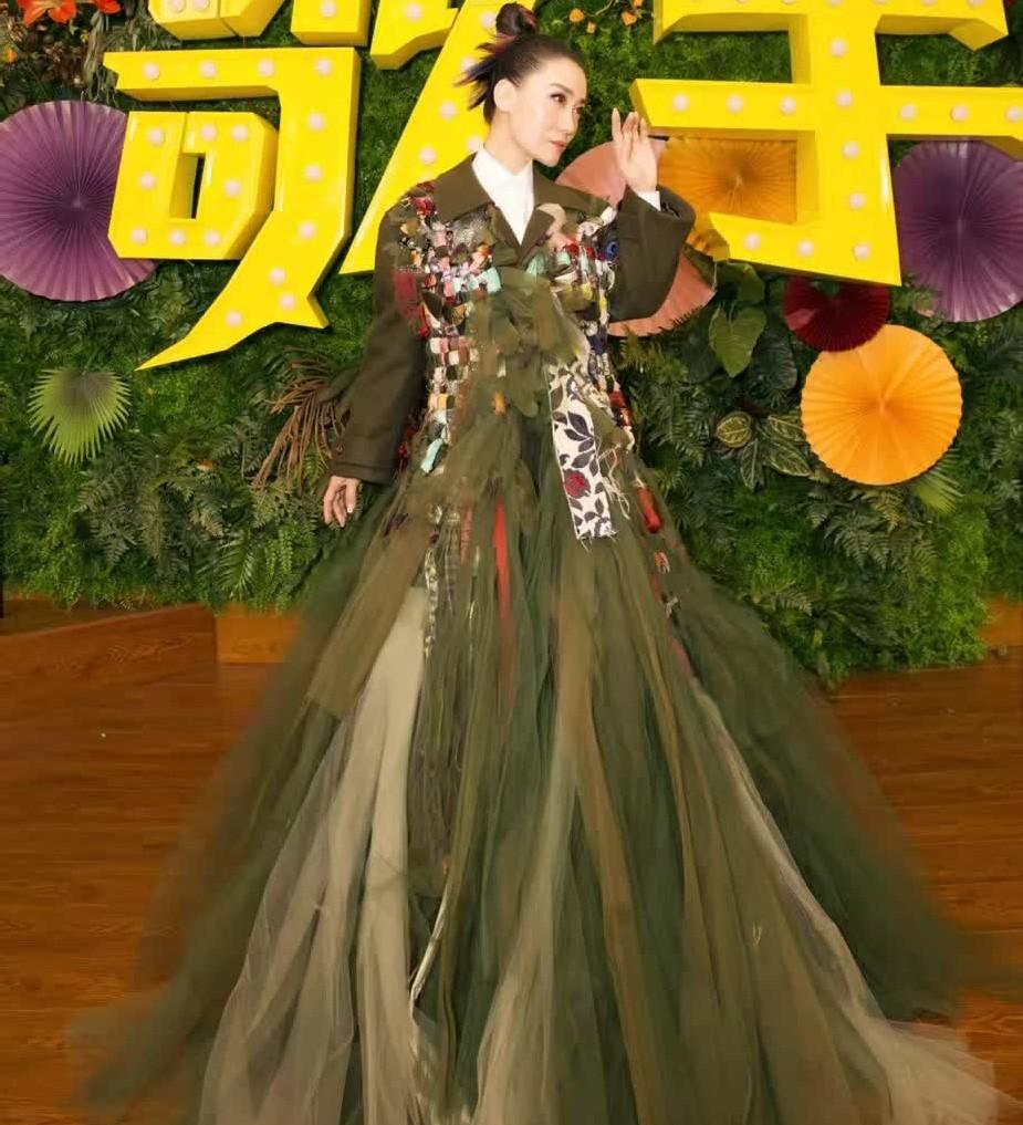 大魔王谭晶身穿巨大薄纱裙录《歌手》,裙摆有多大气场就有多大!