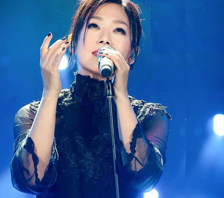 《歌手》中林忆莲造型时而女人,时而帅气,看点十足!