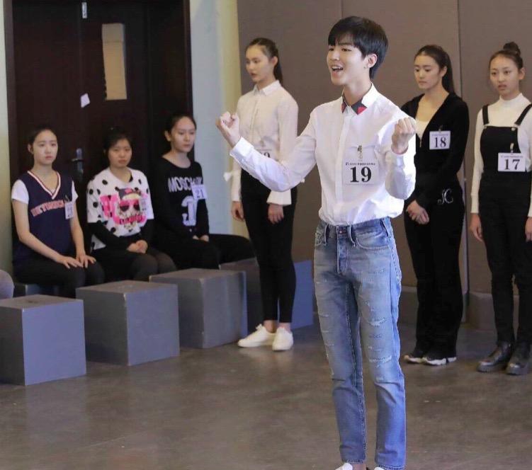 王俊凯艺考白衬衫加牛仔裤乖宝一枚,未来一定是个模范生!