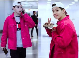 Henry现身机场,穿得一身红还对着镜头卖萌!