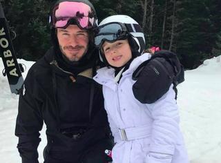 小七才不是瓷娃娃,不到六岁就能独自滑雪,还骑马踢球玩滑板
