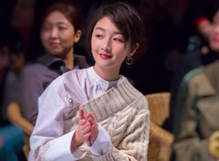 周冬雨白衣淡妆出席Burberry大秀,素净之美更能展现优雅!