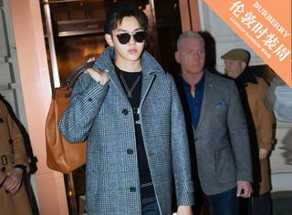 吴亦凡参观伦敦摄政街旗舰店,一身格纹羊毛混纺大衣绅士范十足