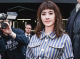 蔡依林穿条纹连衣裙去米兰看秀,时尚圈就刮起了一阵清新海洋风!