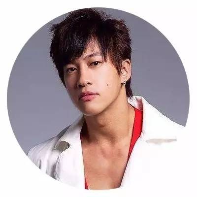 何润东夫妇婚后首次亮相,网友却关心他的发型脚和他老婆的肤色!