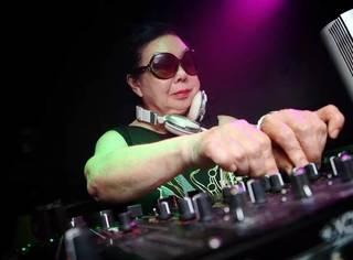 82岁的她白天做杂工包饺子,晚上却化身为DJ女王,日本老太太开挂啦!