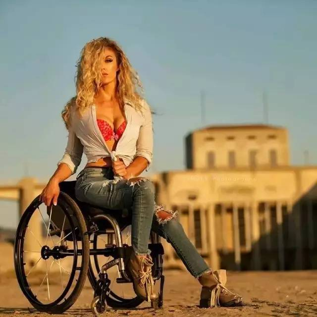 17岁车祸下身瘫痪,消失4年后竟成全美最火的性感女神,她到底经历了什么