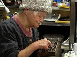 91岁的她,独自经营一间深夜食堂70年,温暖整座城
