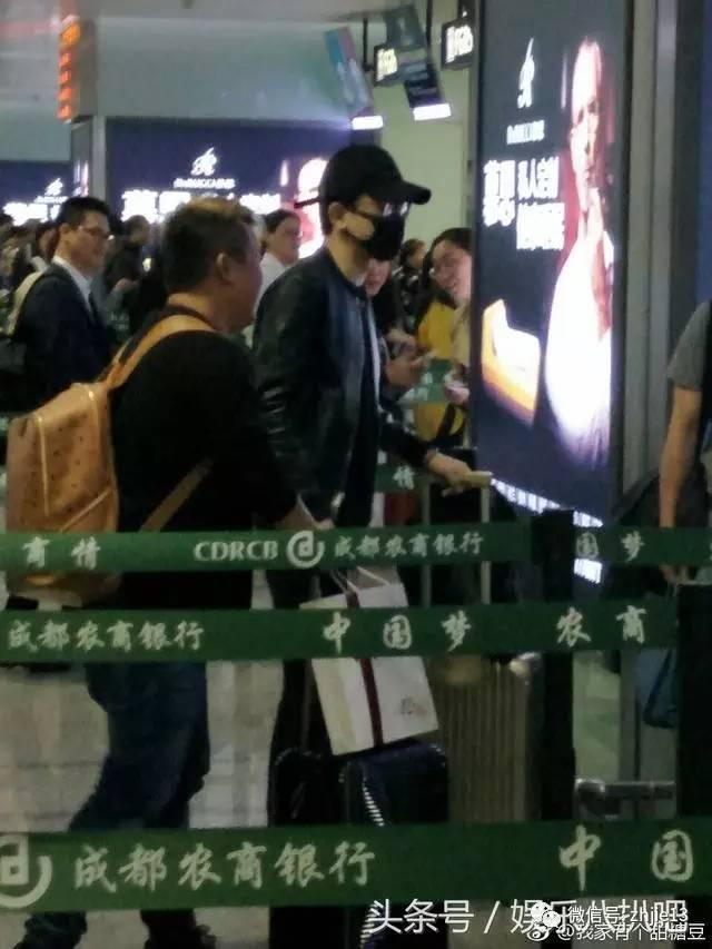 张杰宁赶早班机也要陪谢娜一晚,网友:这帅气签名又变简单了