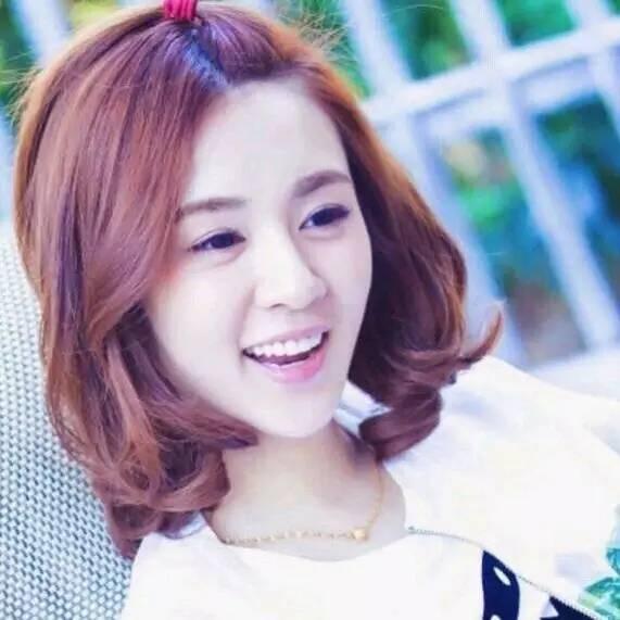 她酷似谭松韵,是陆毅的红颜知己,还是黄磊的妹妹,却被曝出潜规则,最后却和胡歌结婚?