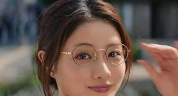 范冰冰、热巴的颜值才能hold 住金丝边眼镜?看到她我真信了