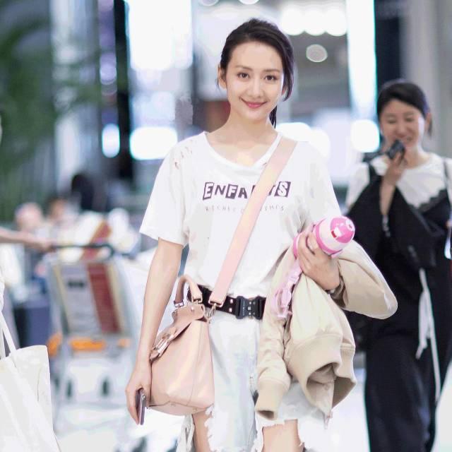 每日星范 | 王鸥 凭着一条破出天际的牛仔裤,登上了时尚琅琊榜!
