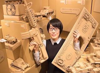 那种寄快递的纸箱子,却被她做成了艺术品