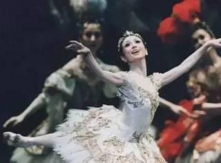 她快70岁了,仍然踮着脚尖跳芭蕾