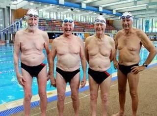 4位老人在游泳馆脱光衣服,所有人都震惊了···