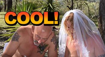 他们办了场裸体婚礼,来的几乎都是陌生人