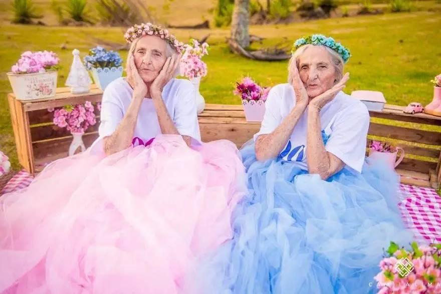 永葆少女心到100岁!这对双胞胎老奶奶拍出了甜到掉牙的写真!