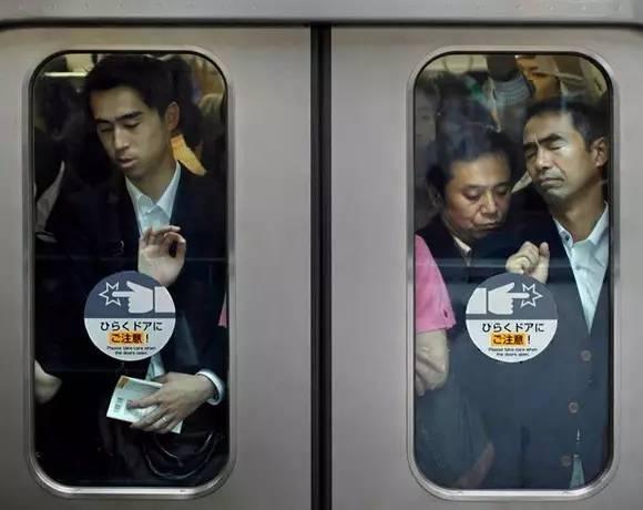 """日本电车痴汉问题越发严重,有人请求建""""男性专用车厢"""""""