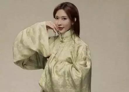 林志玲身穿汉服,霸屏纽约时代广场!中断400年的民族符号,也许被这个80后香港仔复兴了