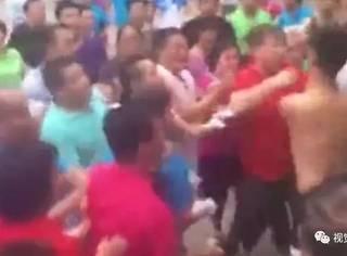 篮球小伙遭广场舞大妈围殴:你为老不尊的样子真丑!