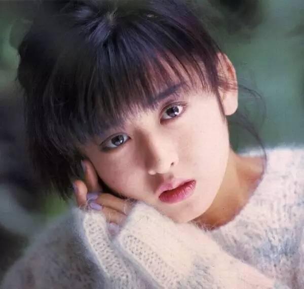 让日本全民男神倾倒的工藤静香、清纯甜美的酒井法子…日星的颜盛原来也是90年代