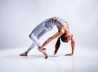 又到露肉的季节,瑜伽8式给你瘦腹美腿!