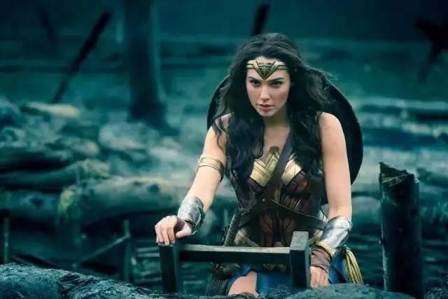她平胸、参过军、为角色增重17磅肌肉,却成了好莱坞最性感的女神