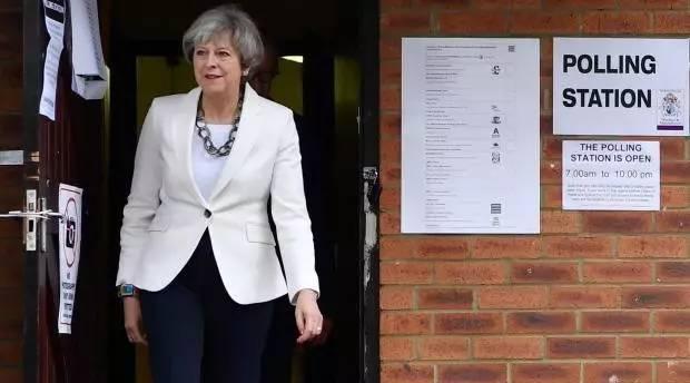 """请收听今日国际媒体头条:英国大选诞生""""悬浮议会"""",梅姨拒绝辞职"""