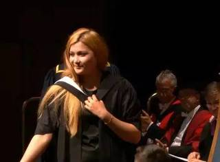 毕业典礼上被当众求婚,可这场面看上去有点尴尬啊