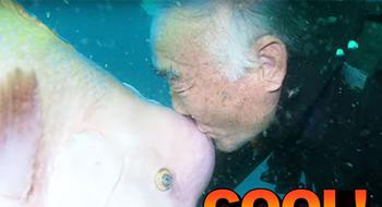 遇见这条鱼25年之后,79岁大叔终于和它来了次拥吻