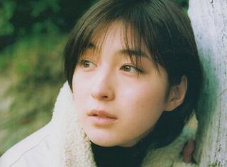 广末凉子青涩写真再现少女时代,蓝天映衬下侧颜微笑超迷幻