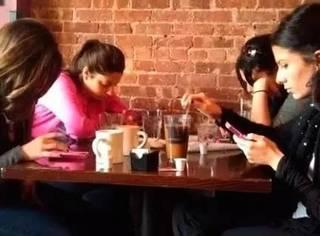 吃饭千万别拍照发微信了,看看你就知道为什么啦!