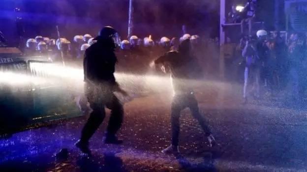 请收听今日国际媒体头条:德国万人抗议G20,已造成76名官员受伤