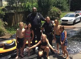叫你们来抓熊孩子,不是叫你们跟熊孩子一起玩水~警察失职得好呆萌啊