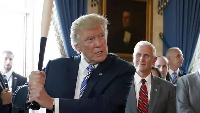 """用着""""中国制造""""的笔推行""""美国制造"""",特朗普真不觉得脸疼吗?"""