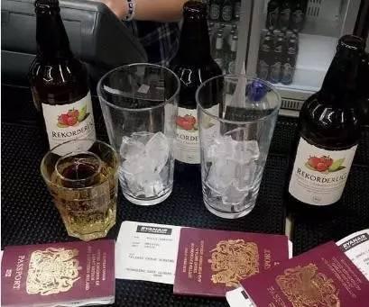 说好去酒吧喝酒,然而却临时抛下女友去海岛度假,现在网友都在劝分了...