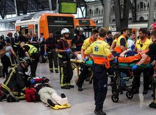 请收听今日国际媒体头条:巴塞罗那发生火车撞站台事故