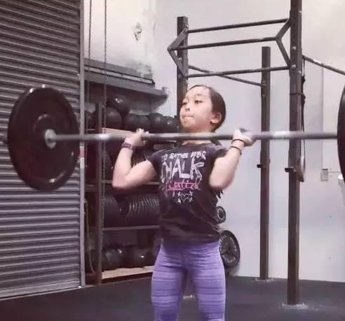 她只有11岁却痴迷撸铁,还撸成了世界小网红,这个女孩震惊了健身圈....