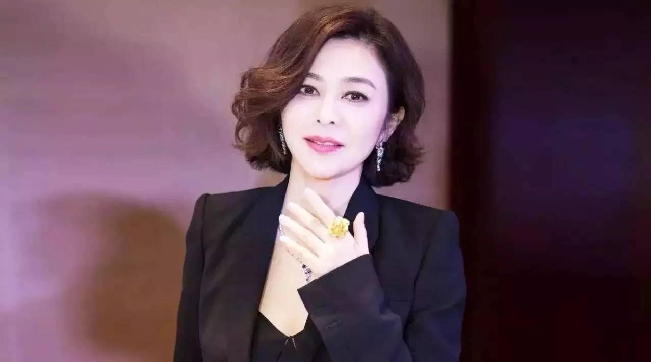 前半生是恃靓行凶的樊胜美,后半生只为自己活,55岁的关之琳终于找到钱和爱的正确打开方式
