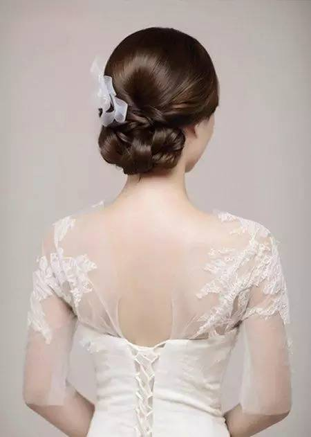 做闺蜜的女生也要留意一下的哦~盘新娘发型的方法解析,完整步骤晒出你