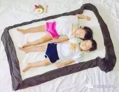 这对龙凤胎睡着之后遇上一个会玩的老妈。不得不得不说,简直太萌!
