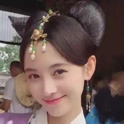 鞠婧祎在古装剧里梳米奇头?行走的发型教科书说就是她本人呀!